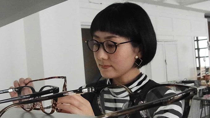 スイッチで見える文字の大きさが変わる高齢者必携の眼鏡