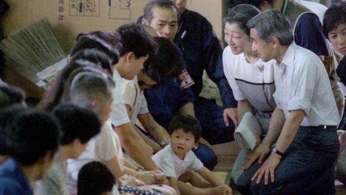 上皇となられた前天皇陛下 被災地でひとびとに寄り添う姿が印象的な平成時代