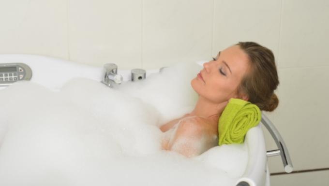 梅雨にお風呂場の掃除が楽になる100均グッズとは