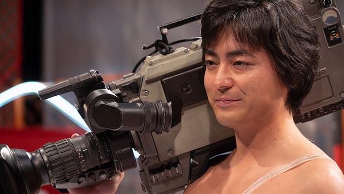 山田孝之、カメラを担ぎ白ブリーフ一丁で全世界に殴り込み!
