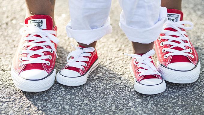 """スニーカーは当初、""""静かに歩ける靴""""として売り出されていた!"""