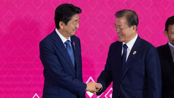 日韓首脳、会話はひとことか~1年1か月ぶりに11分間接触