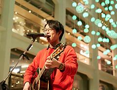 愛の泉@WHITE KITTE 心に響く川崎鷹也さんの歌声とアコースティックギターの音色でした。