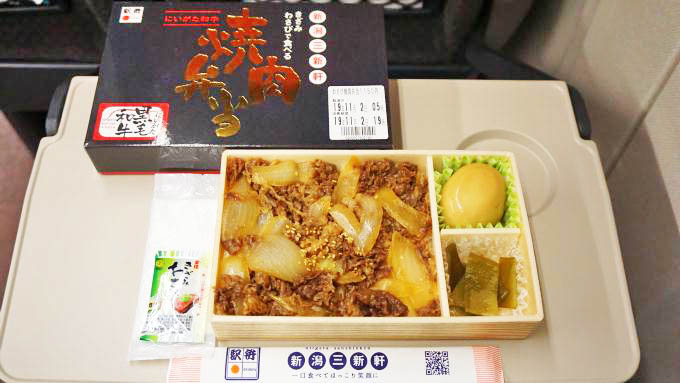 新潟駅「きざみわさびで食べるにいがた和牛焼肉弁当」(1150円)~「7変化」で楽しむ新潟の115系!
