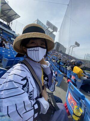 有働由美子、神宮球場で野球観戦